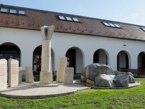 Keresztúrok szobra Faluház
