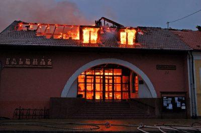 leégett a faluház